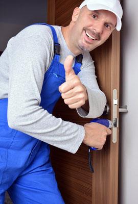 Handwerker arbeitet an der Tür